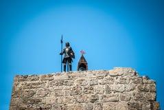 Knight con encendido una pared en viejo Rhodes Town en Grecia foto de archivo libre de regalías