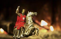 Knight em um campo de batalha em um cavalo fotografia de stock