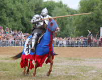 Knight en armadura pesada en un caballo y con una lanza Foto de archivo libre de regalías