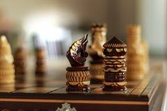 Knight figuras da xadrez da gralha do rei na placa imagem de stock royalty free
