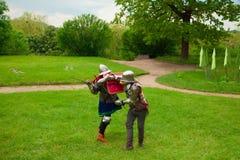 Knight& x27; luta da espada de s foto de stock