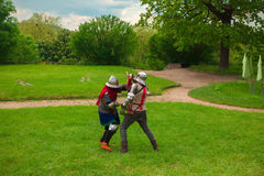 Knight& x27; luta da espada de s foto de stock royalty free