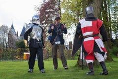 Knight a luta filmada por um operador cinematográfico durante sobre a fantasia do duende Imagem de Stock Royalty Free