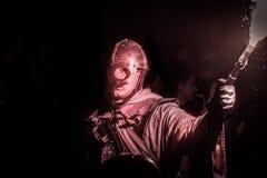 Knight na armadura com uma tocha na mão imagens de stock