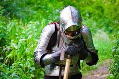 Knight na armadura de brilho imagens de stock royalty free