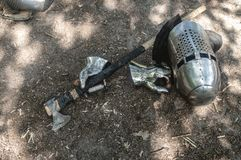Knight o capacete do ` s, as luvas e um machado no Sun foto de stock royalty free