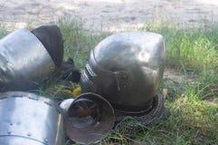 Knight o capacete do ` s no dia da grama verde imagens de stock