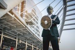 Knight o homem de negócios que veste uma espada do leme e do aço fotografia de stock