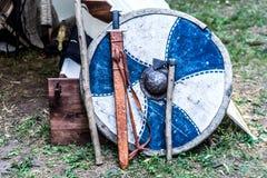 Knight o protetor, a espada e o machado na frente da barraca imagens de stock