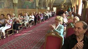 OLOMOUC, CZECH REPUBLIC, APRIL 15, 2018: Knight`s Hall in the town city hall of Olomouc, people applause and clapping stock footage