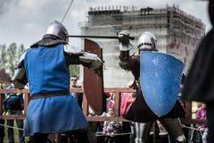 Knight toernooien De ridders in de congregaties vechten in de ring Openbare gebeurtenis in de stad Stock Afbeelding