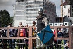 Knight toernooien De ridders in de congregaties vechten in de ring Openbare gebeurtenis in de stad Stock Foto's