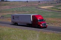 Knight Transportation/el remolque rojo del blanco de Freightliner Cascadia imagenes de archivo