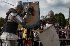 Knight Turnier Die Ritter in den Versammlungen kämpfen im Ring Allgemeines Ereignis in der Stadt Stockbilder