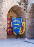 Knightly flaga z żakietami ręki wystawiać w ruinach forteca w starym mieście akr w Izrael Fotografia Stock