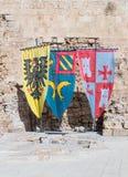 Knightly flaga z żakietami ręki wystawiać w ruinach forteca w starym mieście akr w Izrael Obraz Stock