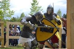 Knightly walki przy festiwalem średniowieczna kultura w Tyumen, Rosja Maj 20, 2017 Fotografia Royalty Free