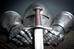 Knights l'armatura con il casco, la posta chain, guanti Immagine Stock