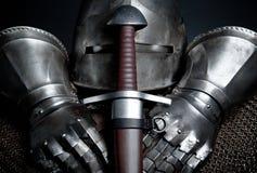 Knights la armadura con el casco, correo de cadena, guantes Foto de archivo libre de regalías