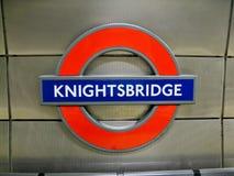 Knightsbridge U-Bahnhof-Zeichen London Stockfotografie