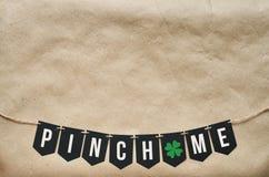 KNIJP ME banner het van letters voorzien Stock Foto