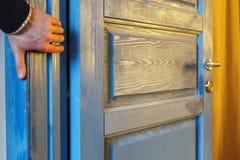 Knijp uw vingers in de deur Stock Foto's