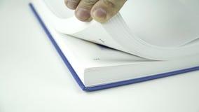 Knip de pagina's van een boek weg stock videobeelden