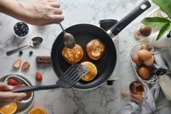 Knip de pannekoeken met een spatel weg Concept het Koken van ingredi?nten en methode op witte marmeren achtergrond, Dessertrecept stock foto