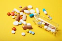 Knip och pl?gor begrepp, medicinbakgrund Apotekvitaminer i piller arkivfoto