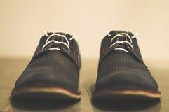 Knip van blauwe schoenen met wit kant stock afbeeldingen