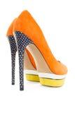 Knip van oranje en gele die schoenen op witte achtergrond worden geïsoleerd stock fotografie