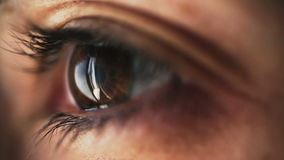 Knipoogje van een oog stock video