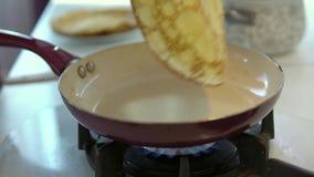 Knipt een pannekoek op een pan weg stock footage