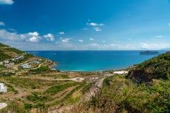 Knirps heraus schauen er Meer von der Insel lizenzfreie stockfotos