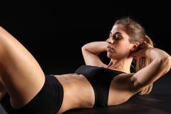 Knirschen durch junge reizvolle Frau im Übungs-Training Stockfotografie