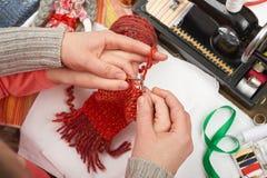 Knit девушки дочери матери уча, взгляд сверху, шить аксессуары взгляд сверху, рабочее место белошвейки, много возражает для needl Стоковая Фотография RF
