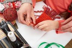 Knit девушки дочери матери уча, взгляд сверху, шить аксессуары взгляд сверху, рабочее место белошвейки, много возражает для needl Стоковое Изображение