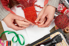 Knit девушки дочери матери уча, взгляд сверху, шить аксессуары взгляд сверху, рабочее место белошвейки, много возражает для needl Стоковое Фото