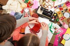 Knit девушки дочери матери уча, взгляд сверху, шить аксессуары взгляд сверху, рабочее место белошвейки, много возражает для needl Стоковые Изображения