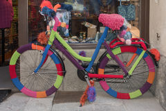 Knit bycicle outside a shop Stock Images