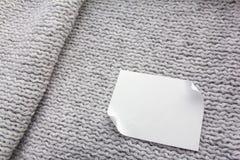 Knit, der grauen Hintergrund strickt Stockbilder
