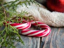 Knit doux saisonnier de genévrier de canne de sucrerie de festins images libres de droits
