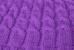 knit Härlig stucken modell av purpurfärgat ullgarn arkivbilder