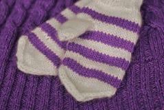 knit Hemlagade stack randiga tumvanten på stucken modellbakgrund arkivfoto