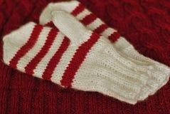 knit Hemlagade stack randiga tumvanten på stucken modellbakgrund royaltyfria foton