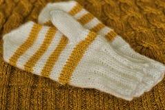knit Hemlagade stack randiga tumvanten på stucken modellbakgrund fotografering för bildbyråer