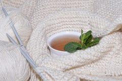 Knit-Nadeln Cup des heißen Getränks Lizenzfreie Stockfotos