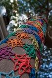 Knitmustermosaik auf Baum Stockfotos