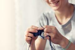 Knits женщины с вязать свитером стоковое изображение rf