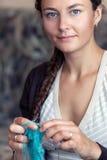 Knits молодой женщины Стоковая Фотография RF